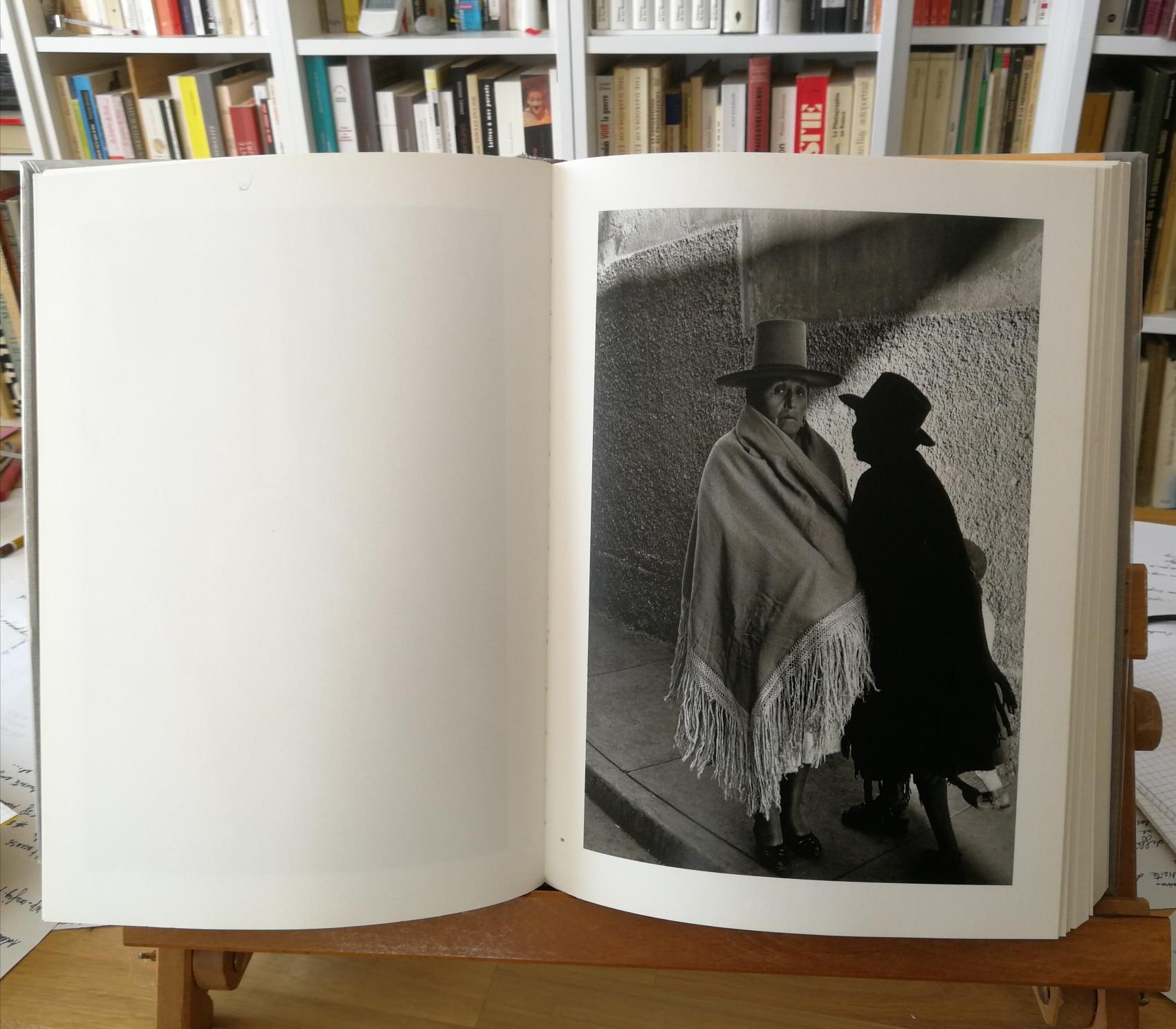 Une photographie de Sergio Larrain. Bolivie 1958. Le livre ouvert est posé sur un chevalet.