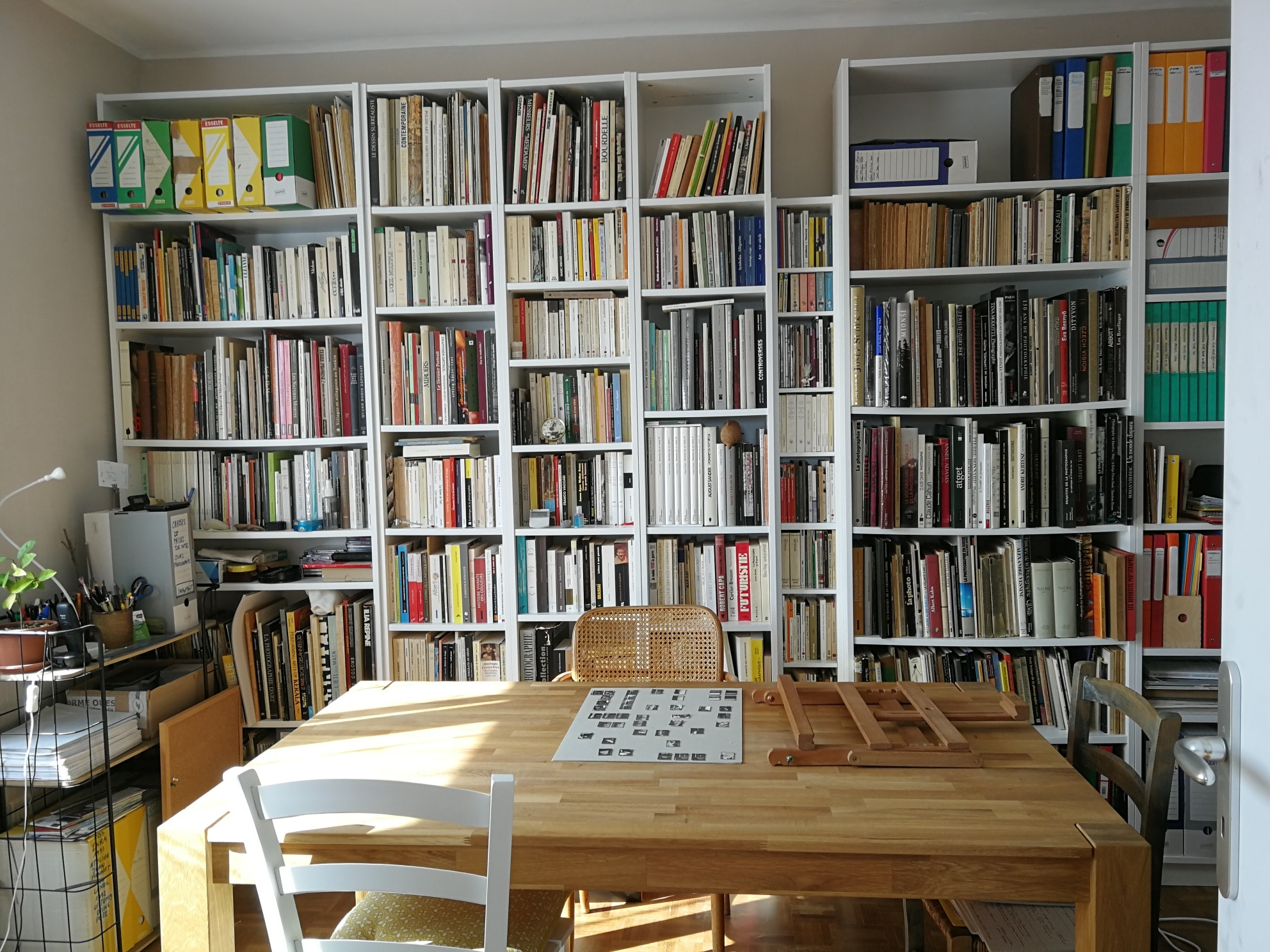 Les yeux de l'imaginaire. La salle de cours avec sa grande bibliothèque de livres photos.