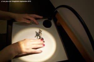 Toucher l'ombre: je guide les doigts de Liliane pour toucher l'ombre