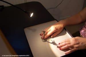 Garder les doigts sur la figurine pour évaluer la longueur de l'ombre