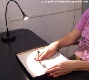 Toucher de l'ombre: la lampe-la boite-la figurine et l'ombre